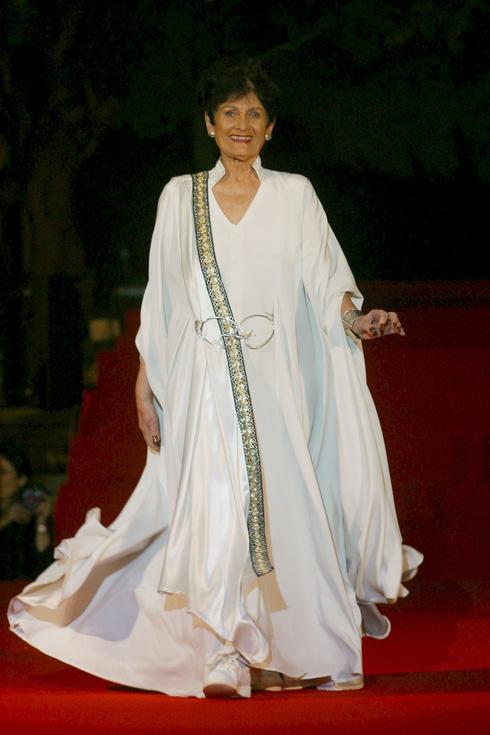 ירקוני מדגמנת שמלה של משכית בתצוגת אופנה של חוג ידידות בית החולים תל השומר בערב הצדעה לרות דיין, 2003 (צילום: ג'רמי פלדמן)