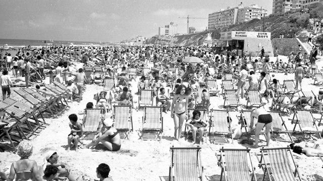חוף ים עמוס בתל אביב, 1973 (צילום: צוות IPPA, מתוך ארכיון דן הדני, הספרייה הלאומית, CC-BY 4.0)