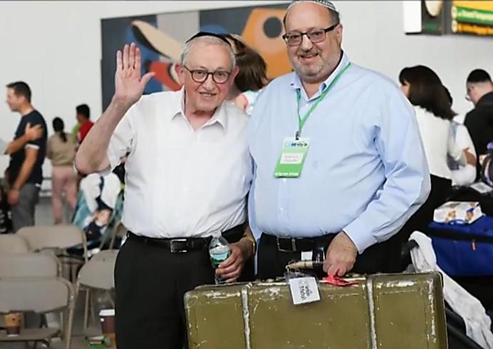 הרב כתריאל קנת' ברנדר עם אביו, הרב אהרון, והמזוודה (צילום: שחר עזרן)