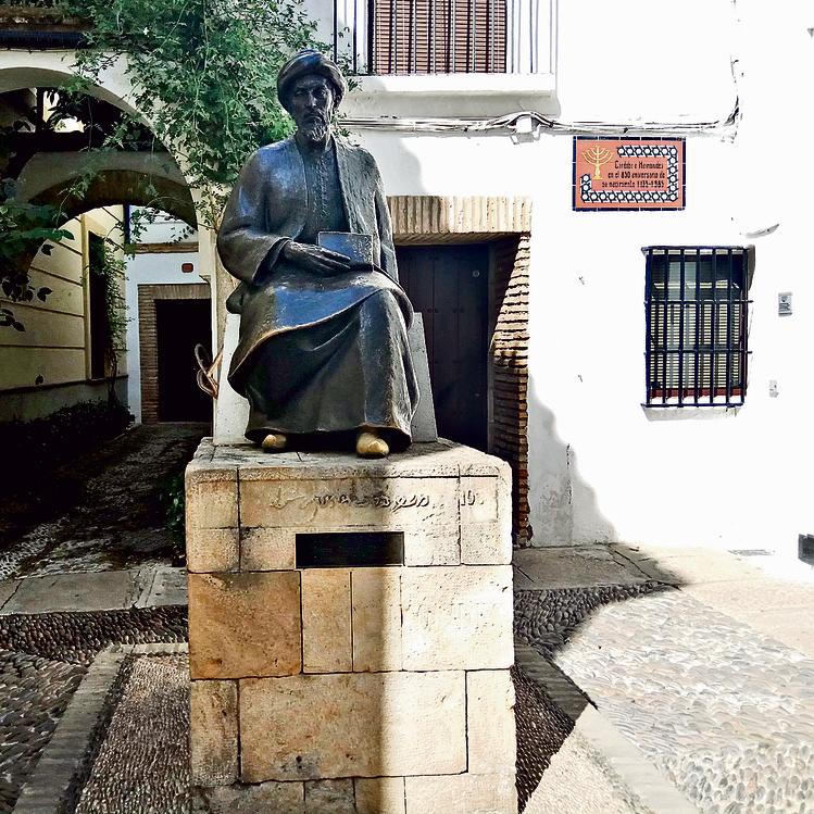 """פסל הרמב""""ם בקורדובה. ברח מהעיר בגיל 13"""