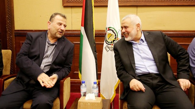 Saleh al-Arouri and Ismail Haniyeh meet in Gaza (Photo: EPA)