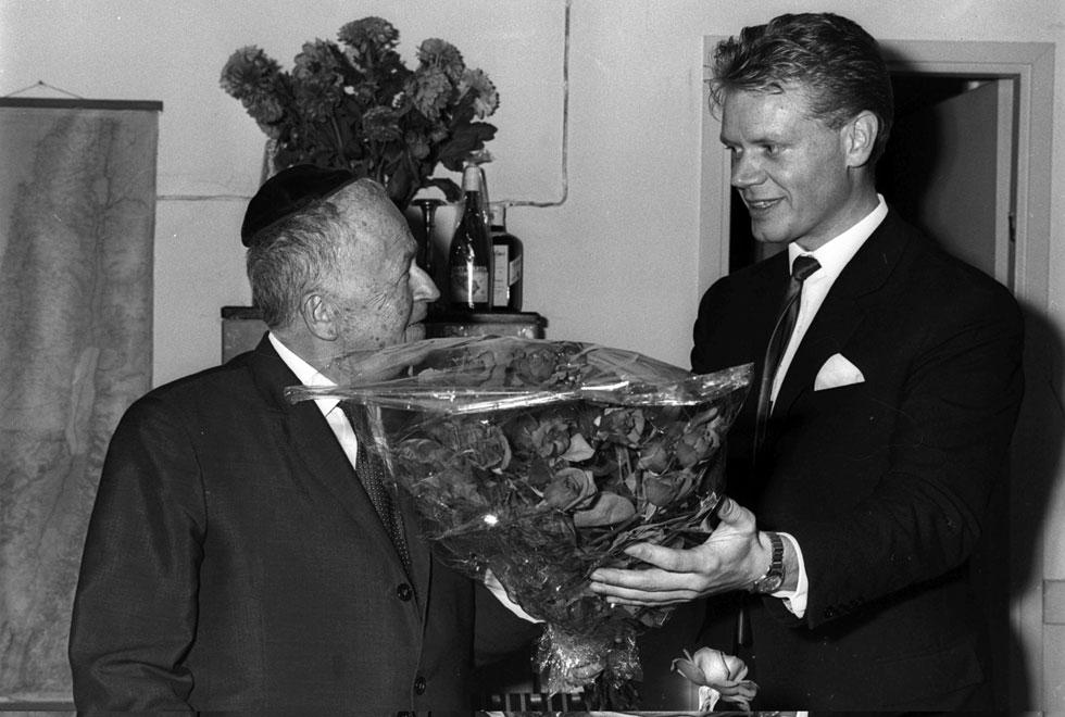 """עגנון עם דיפלומט שוודי שבא להודיע לו רשמית על זכייתו בפרס. """"הייתי מבקש לעכב את הידיעה"""" (צילום: משה פרידן, לע""""מ)"""