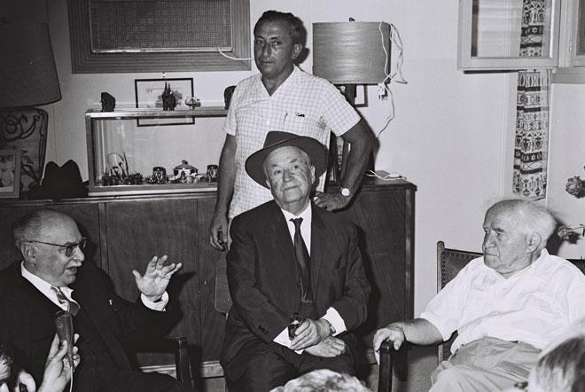 """עגנון (יושב, במרכז) עם ראש הממשלה הראשון, דוד בן גוריון (מימין), עוזרו אלחנן ישי והנשיא זלמן שז""""ר. """"שחס וחלילה לא תתבזה בגללי מדינת ישראל"""" (צילום: משה פרידן, לע""""מ)"""