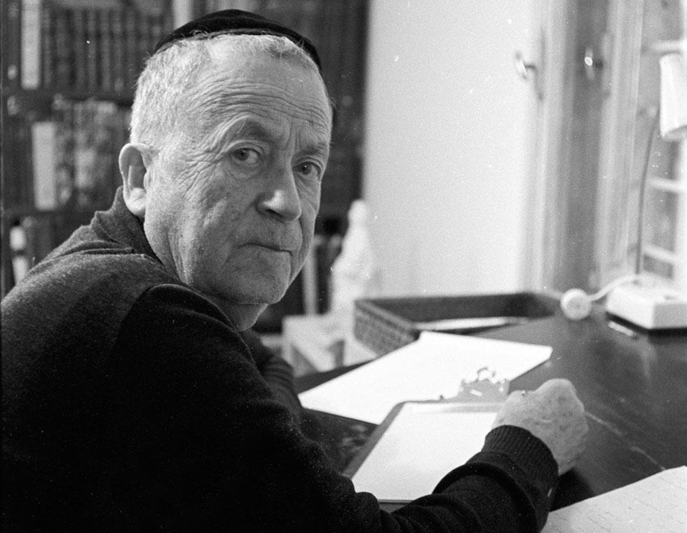 """ש""""י עגנון בביתו בירושלים. """"אני מודד את עצמי באופן אחר, לא לפי פרסים ולא לפי כבוד"""" (צילום: דוד רובינגר)"""
