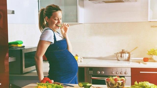 אישה בהיריון במטבח (צילום: shutterstock)