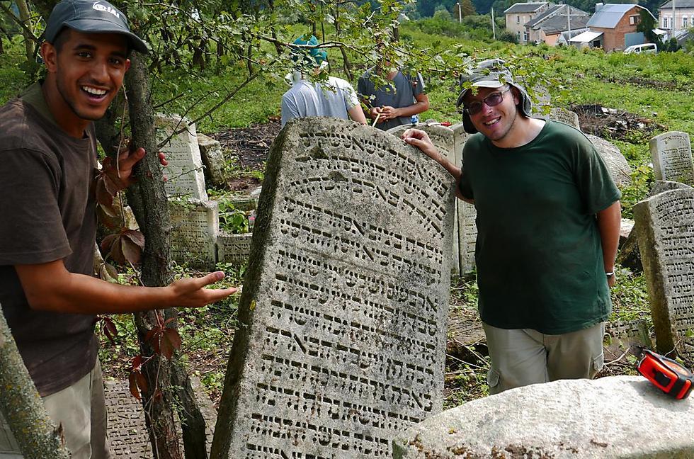 בית העלמין בבוצ'אץ', שם התגלתה מצבתה של אמו של ש