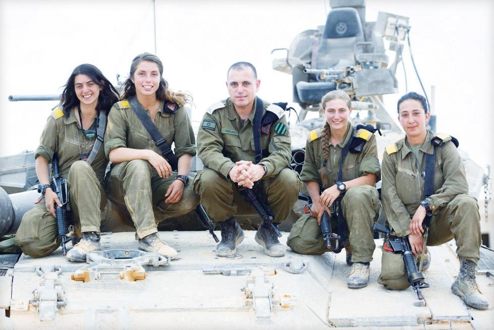"""ככל שיותר נשים השתלבו בתפקידים קרביים, וככל שאחוז החיילים הדתיים גדל, החלו לנשוב בבסיסים רוחות חדשות. למצולמות אין קשר לכתבה  (צילום: דובר צה""""ל)"""