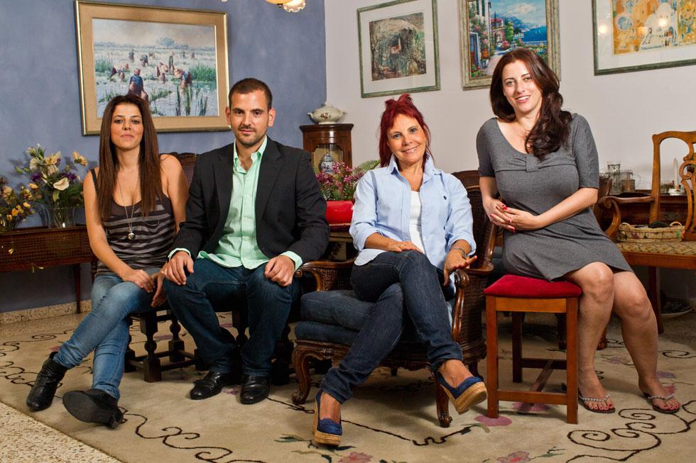 נילי דותן (משמאל) עם אחיה יוני, אמה מירי ואחותה מיכל. למטה: סרט הפרידה מדודו (צילום: טל שחר)