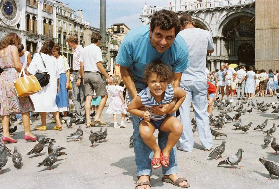 """דודו ונילי דותן בכיכר סן מרקו בוונציה. """"הקהל לא רוצה לראות ליצן עצוב"""" (צילום: מתוך אלבום משפחתי)"""