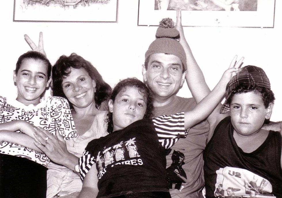 """דודו ומירי דותן עם שלושת הילדים. """"הוא תמיד הבין, הקשיב, חיבק, ניחם ועזר"""" (צילום: מתוך אלבום משפחתי)"""