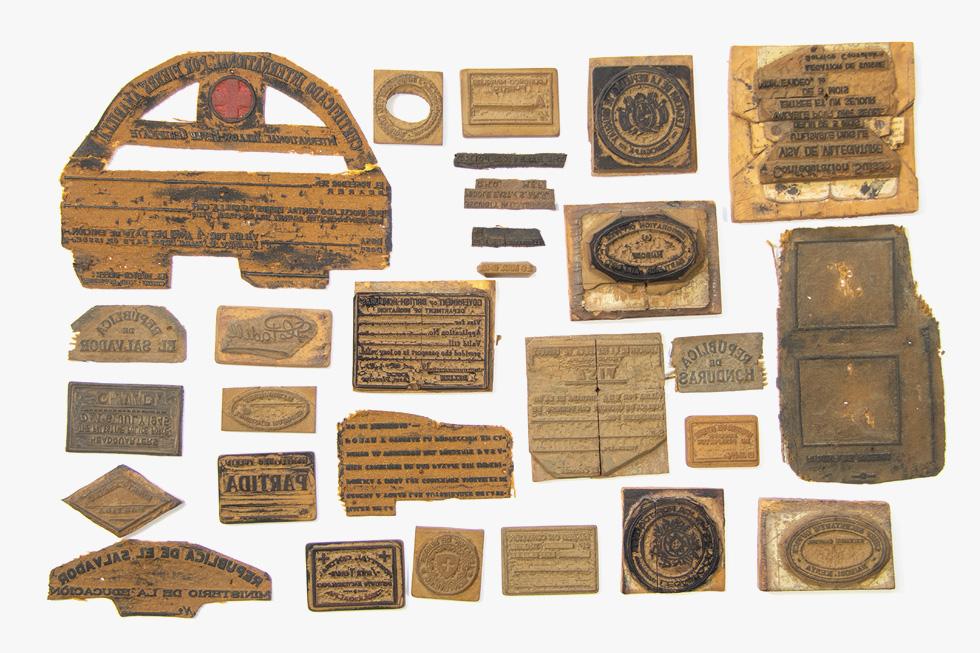העצירים במחנה גילגיל בקניה תיעדו את שגרת יומם. אגוזי גם מצאה עבודות יד שהם הכינו, כמו גילופי עץ