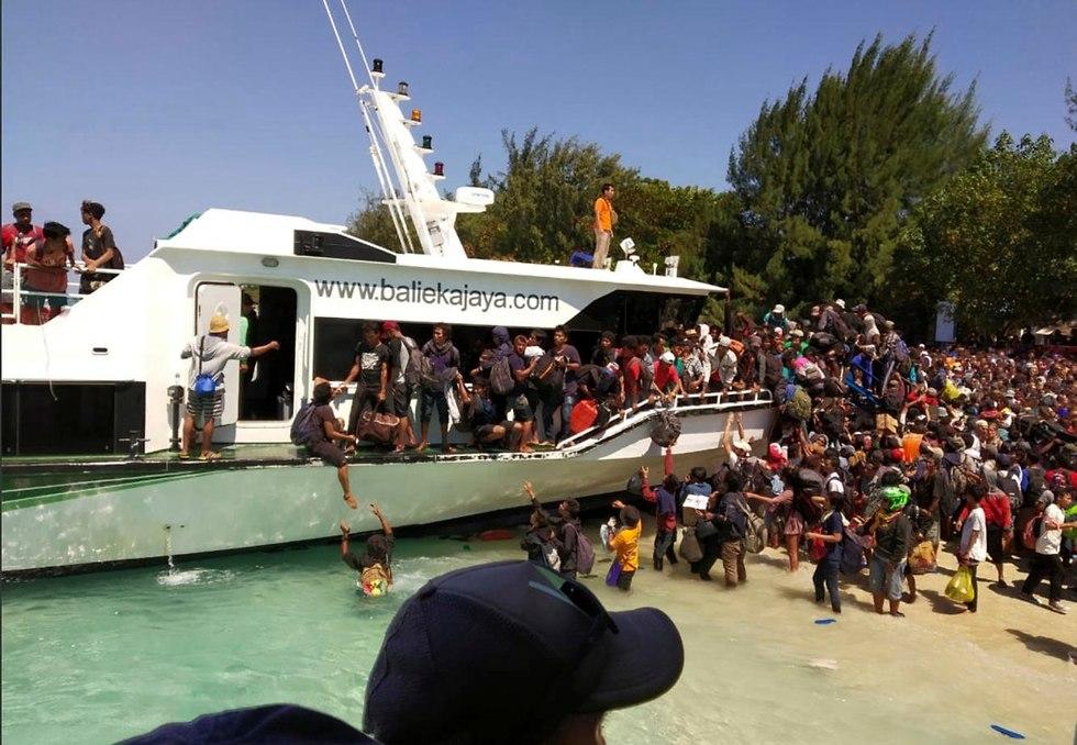 רעידת אדמה לומבוק אינדונזיה איי גילי פינוי תיירים מתפנים (צילום: AKBP. DEWA WIJAYA ,AP)