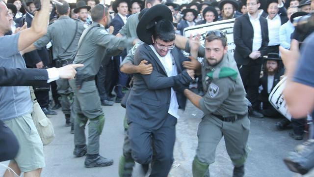 Haredim clash with police in Bnei Brak over draft (Photo: Motti Kimchi )