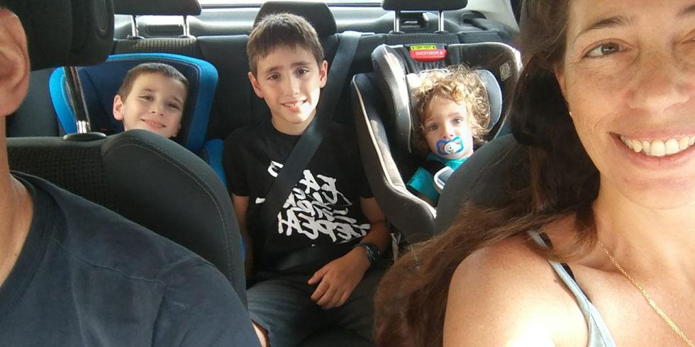 """אורי נחום, עם הילדים מאחור: """"מיישרים קו עוד בבית לגבי מה מותר ואסור (צילום: אורי נחום)"""
