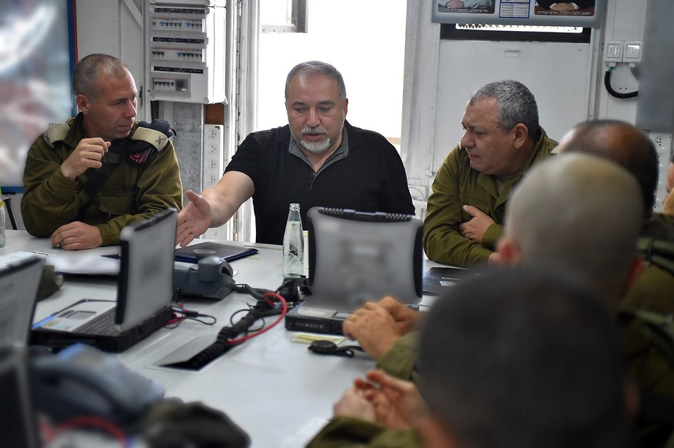 Lieberman at Armored Corps training exercise in Golan Heights (Photo: Ariel Hermoni/Defense Ministry)