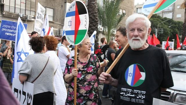 Uri Avnery at 2010 demonstration (Photo: Ofer Amram)