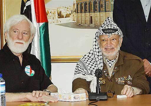 Avnery with Yasser Arafat (Photo: AP)