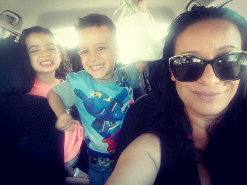 """שונית קוגן, עם הילדים מאחור: """"רגילים לנסיעות ארוכות מגיל צעיר"""" (צילום: אפרת שונית קוגן)"""