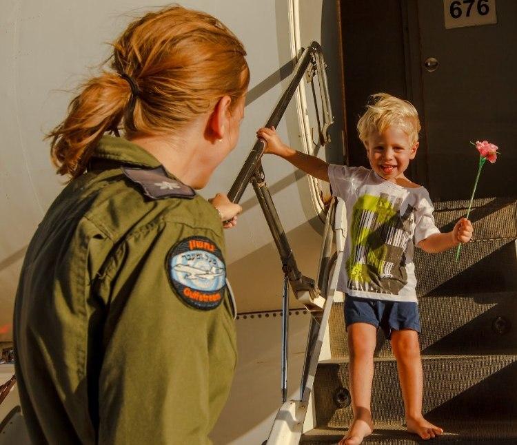 Maj. G. with her son Yonatan (Photo: Adar Yahalom)
