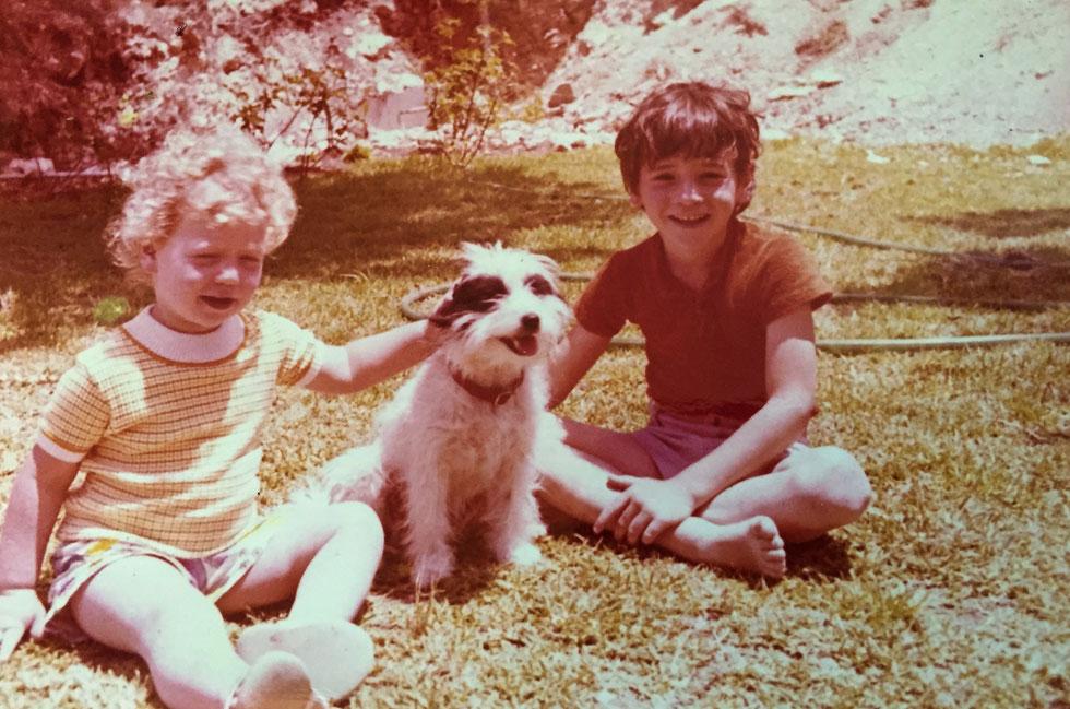 """תמונת ילדות עם אח וחבר. """"בכל רגע נתון היו לנו לפחות שלושה כלבים בחצר"""" (צילום: אלבום פרטי)"""