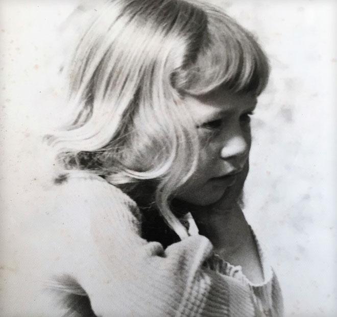 """בגיל שבע. """"הייתה לי הפרעת קשב, הרגשתי תלושה"""" (צילום: אלבום פרטי)"""