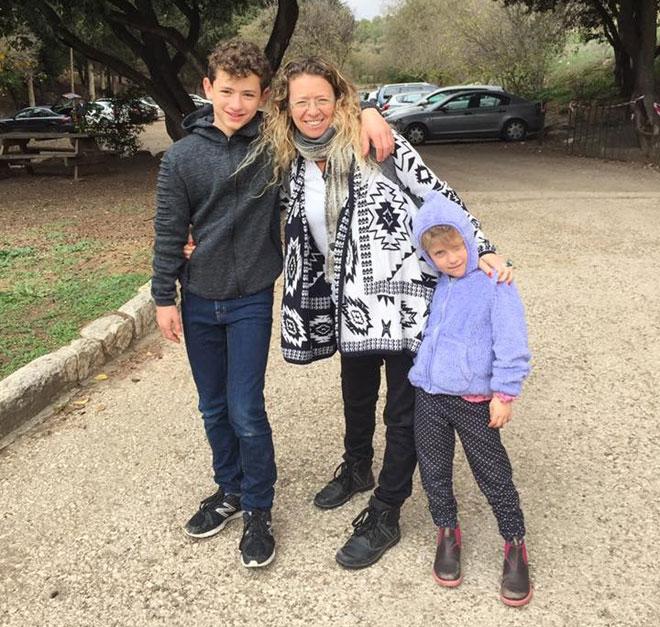 """ארנון עם ילדיה. """"מערכת היחסים שלי איתם היא חוויה מתקנת"""" (צילום: אלבום פרטי)"""