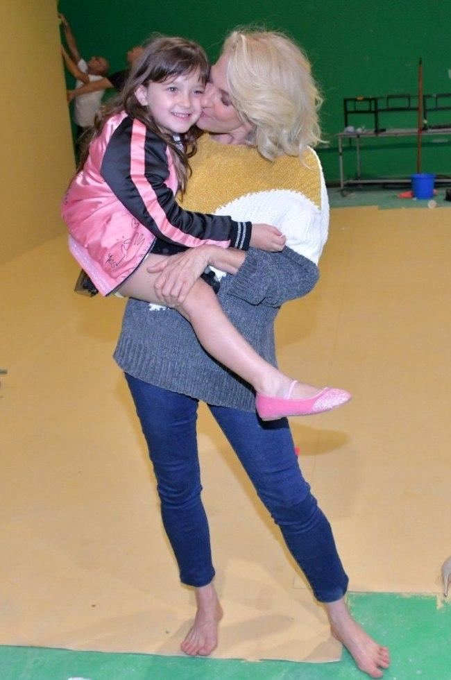 """אחלה סידור לחופש הגדול. מיה דגן והבת אמליה בצילומי קמפיין ל""""גולף"""" (צילום: אביב חופי)"""