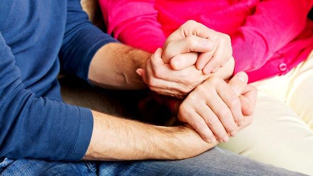מחזיקים ידיים (צילום: shutterstock)