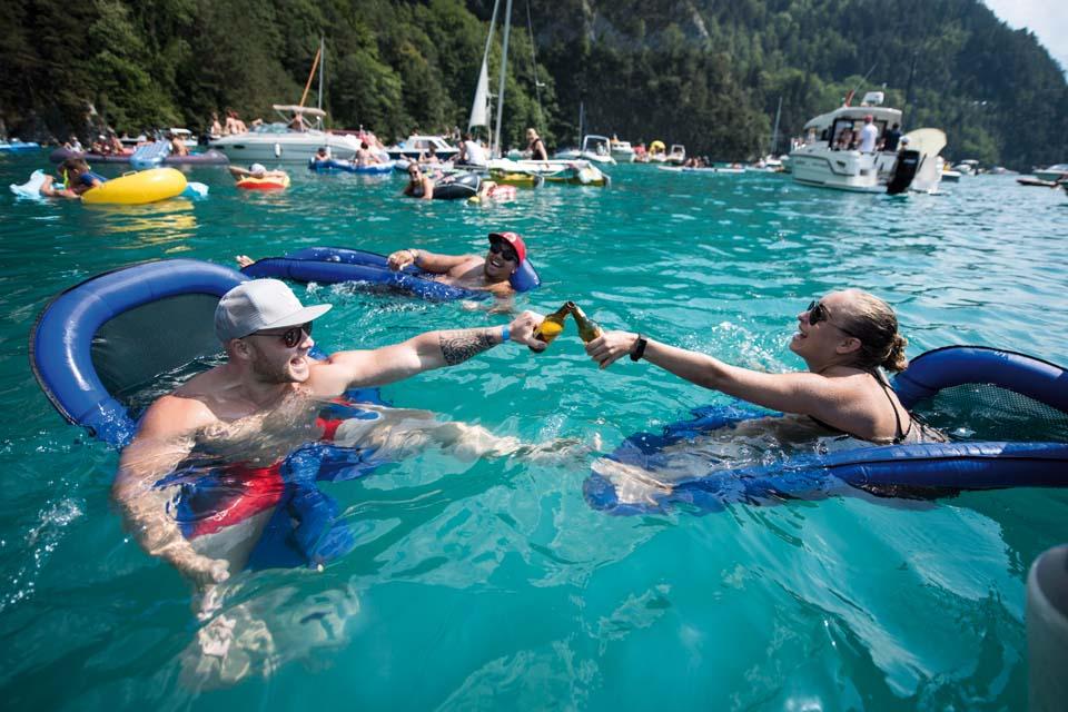Спасение от жары в Швейцарии многие находят в водах озера Люцерн. Фото: EPA
