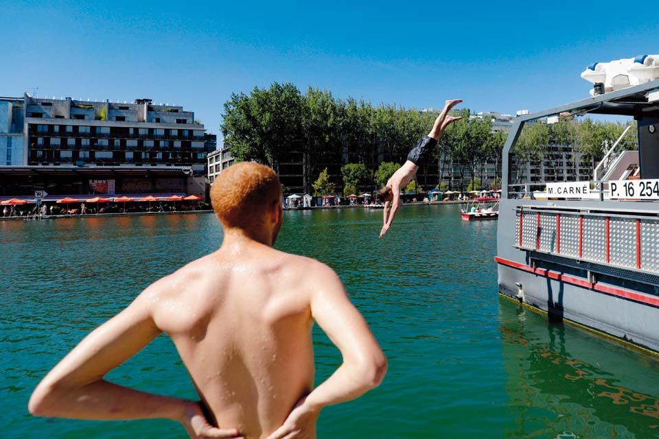 Набережная Сены в Париже превратилась в пляж. Фото: AFP