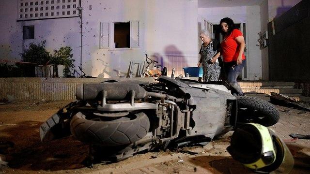 פגיעה ישירה בבית בשדרות (צילום: רויטרס)