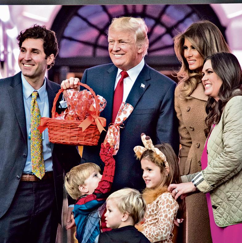 """האקבי סנדרס (מימין) עם מלניה ודונלד טראמפ, הבעל, בריאן סנדרס, ושלושת ילדיהם. """"אוף דה־רקורד היא נחמדה ושונה לגמרי מההצגה שהיא נותנת מול המצלמות"""""""