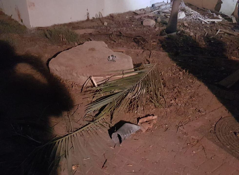 הרקטה שהתפוצצה בחוף אשקלון (צילום: דוברות המשטרה)