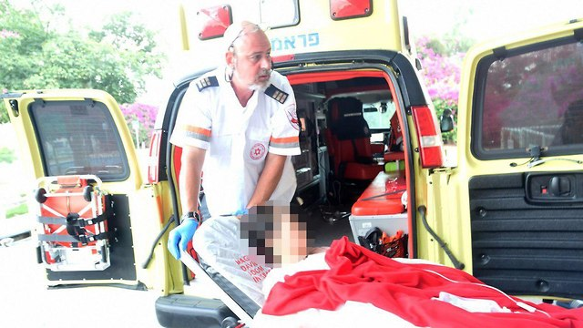 הפצועה מגיעה לסורוקה (צילום: חיים הורנשטיין)