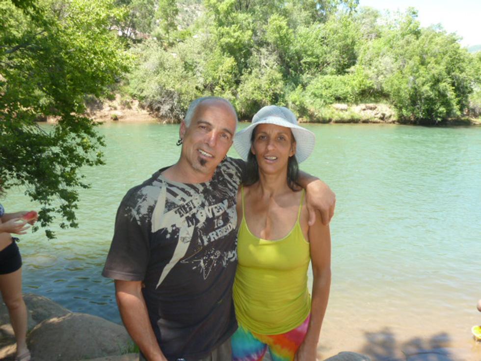 אורי ואילני על גדות נהר האנימס בדורגנו, קולורדו. גם הזוגיות עברה משברים בטיול האינטנסיבי (צילום: אילני אילן)