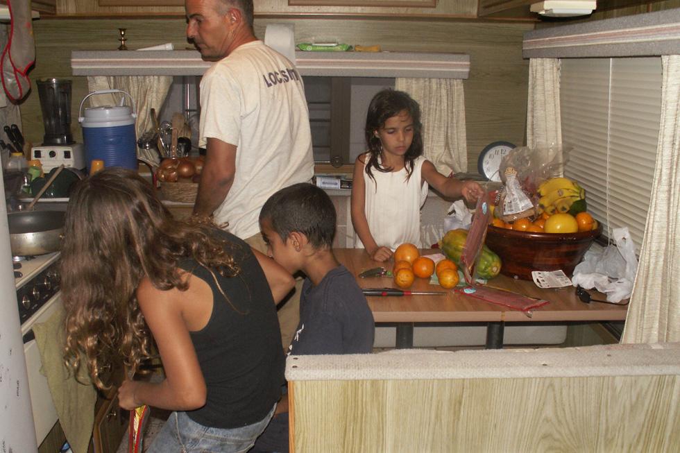 """מבשלים בקרוואן: """"המעבר למגורים בקרוואן הקטן בנה קירבה ואינטימיות שתלווה אותנו שנים"""" (צילום: אילני אילן)"""