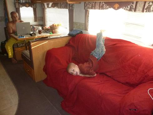 כשהסלון הוא גם חדר העבודה של אבא (צילום: אילני אילן)