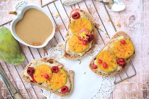 ממרח טחינה ובננה על לחם שיפון (צילום: הודליה כצמן Bake Care)