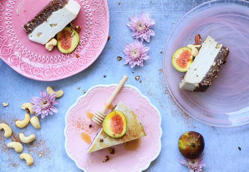 עוגת טבעונית עם קשיו ותאנים (צילום: הודליה כצמן Bake Care)