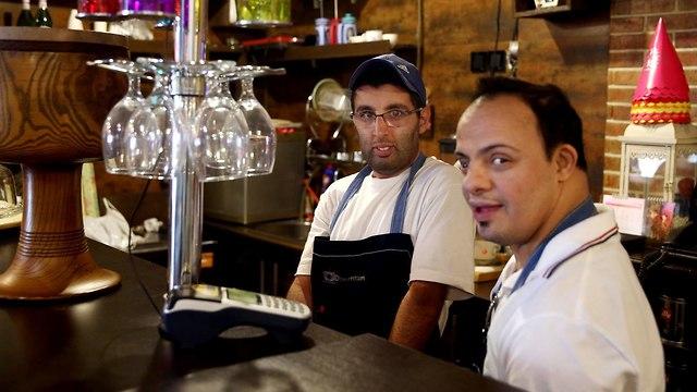 איראן תסמונת דאון אוטיזם אוטיסטים בית קפה שהם מפעילים טהרן (צילום: AP)