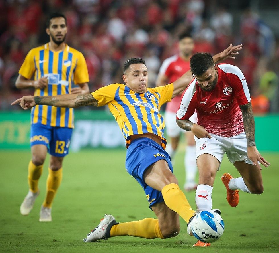 חנן ממן נאבק על כדור (צילום: עוז מועלם)