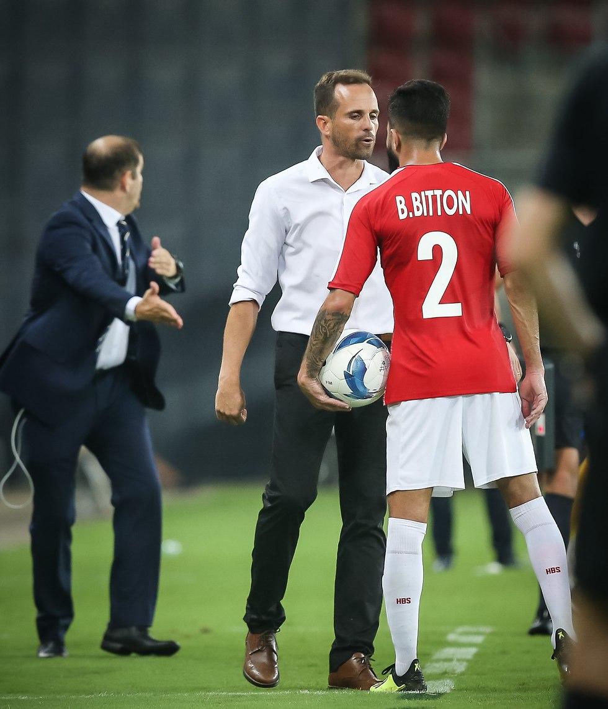 בן ביטון מתעמת עם מאמן ניקוסיה (צילום: עוז מועלם)