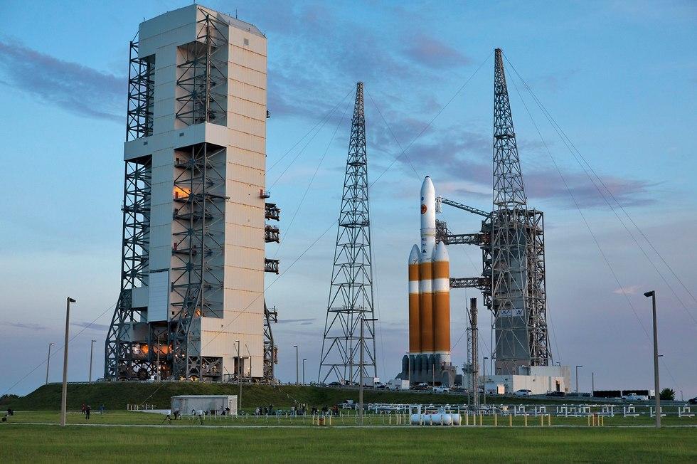 טיל הדלתא 4 הכבד ועליו החללית בפלורידה (צילום: נאס