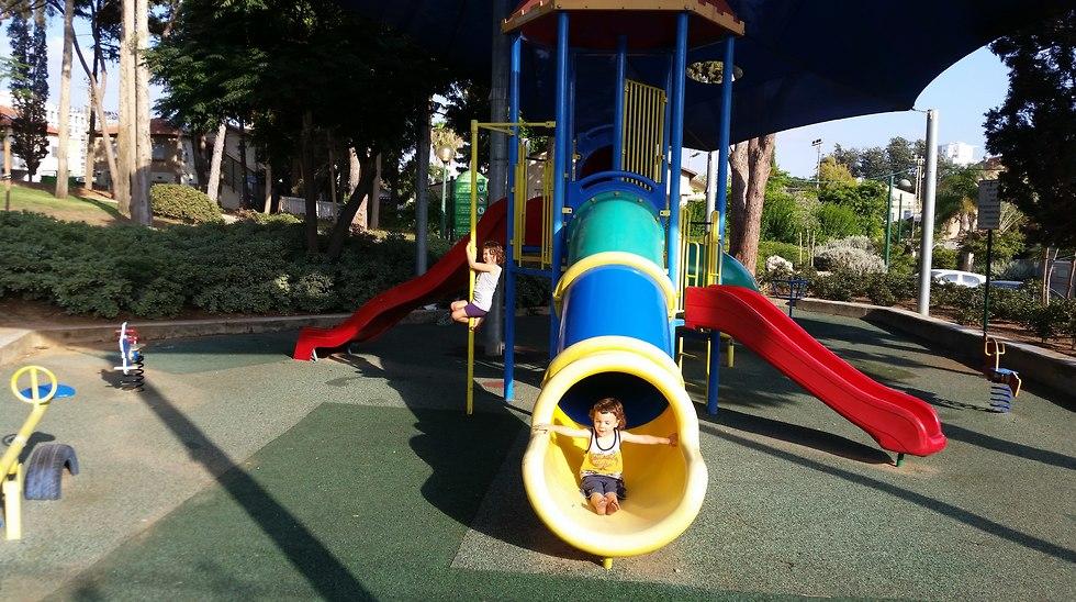 בעקבות המחקר שלנו, אומץ תקן שכולל איסור עופרת בצבעים המשמשים לצביעת מתקני שעשועים (בתמונה הילדים שלי משחקים בגן שעשועים). ()