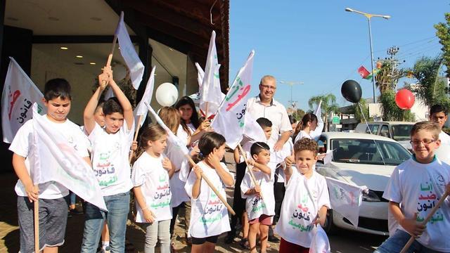 ילדים מטייבה טרם עלייה לאוטובוס למקום ההפגנה בכיכר רבין תל אביב ()