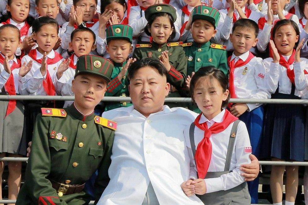 תלמידים עם שליט צפון קוריאה קים ג'ונג און טקס ב פיונגיאנג (צילום: רויטרס)