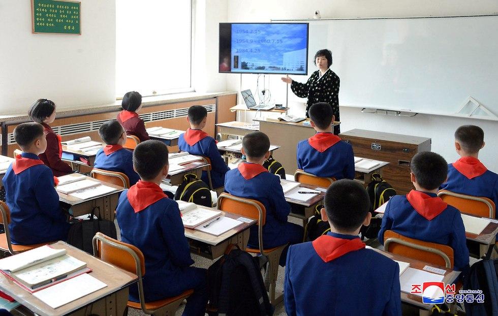 תלמידים בשיעור ב בית ספר ב צפון קוריאה (צילום: רויטרס)