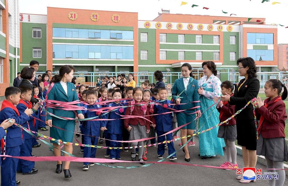 טקס פתיחת שנת הלימודים בית ספר ב צפון קוריאה (צילום: רויטרס)