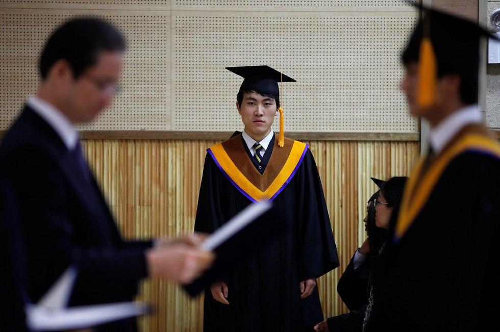תלמיד תיכון שערק מ צפון קוריאה מחכה לקבל תעודת בגרות טקס ב דרום קוריאה (צילום: רויטרס)