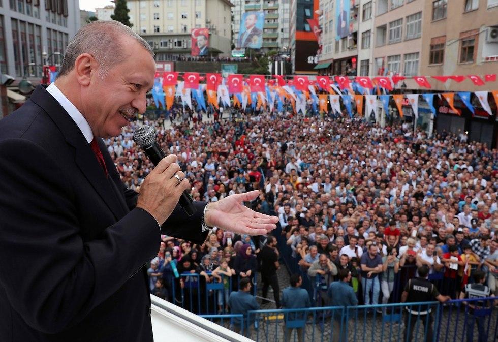 נשיא טורקיה רג'פ טאיפ ארדואן כינוס מפלגתי ב עיירה ריזה (צילום: AP)